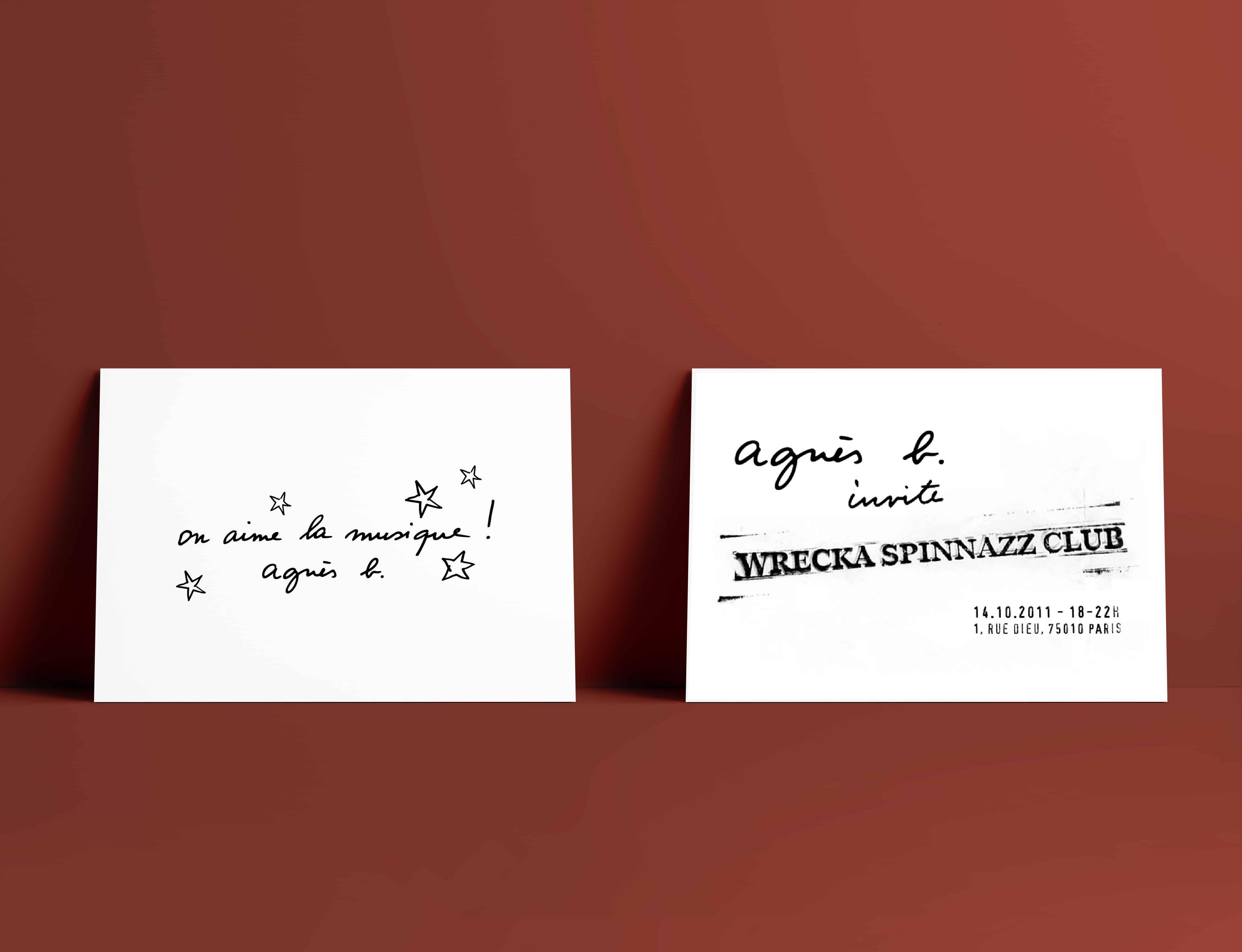 Mise en situation d'une carte postale agnès b de l'exposition Wrecka Spinazz Club