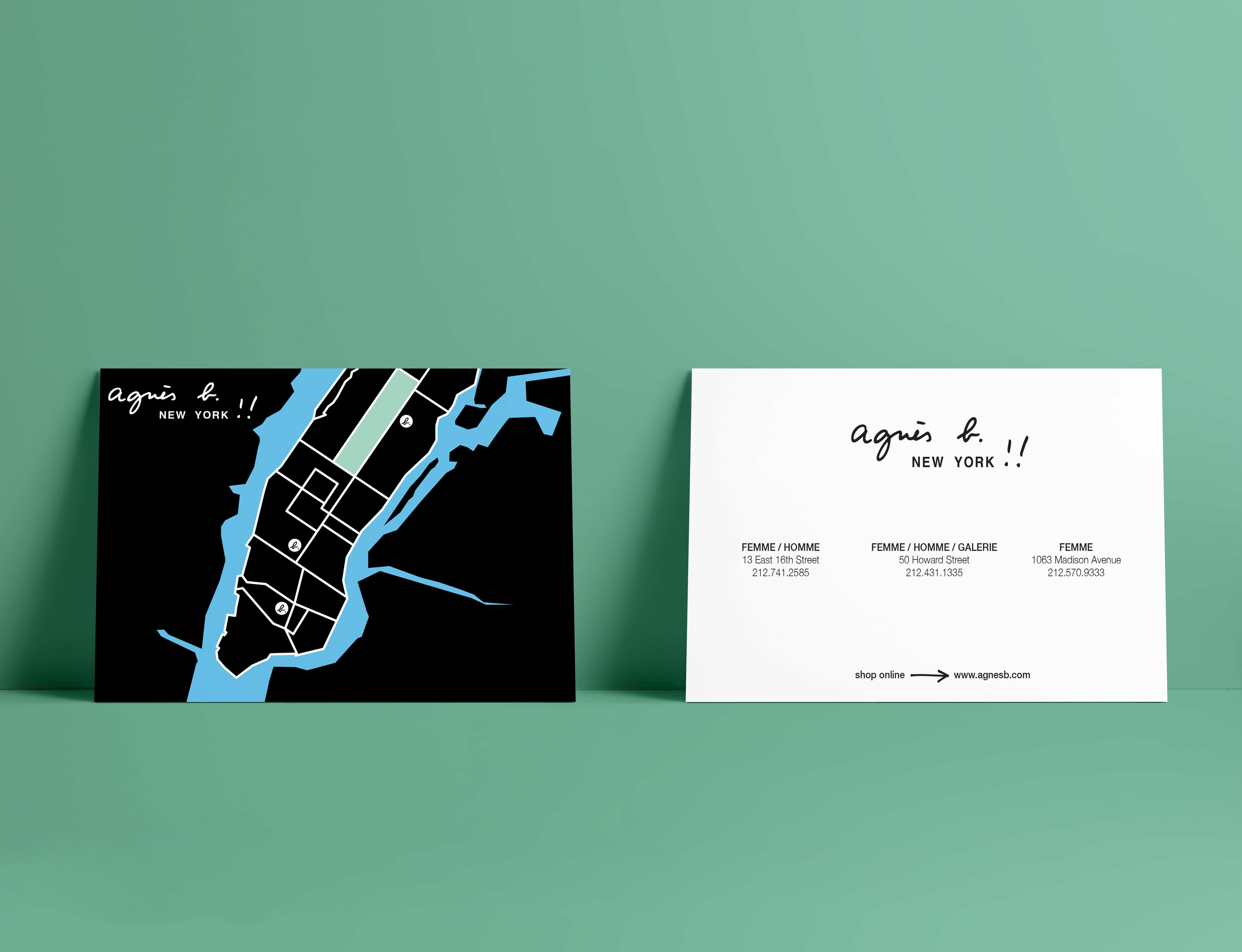 Mise en situation d'une carte postale agnès b de la boutique de new york avec carte de la ville au recto