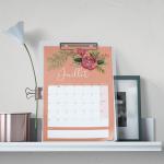 calendrier du mois de Juillet accroché au mur avec décorations